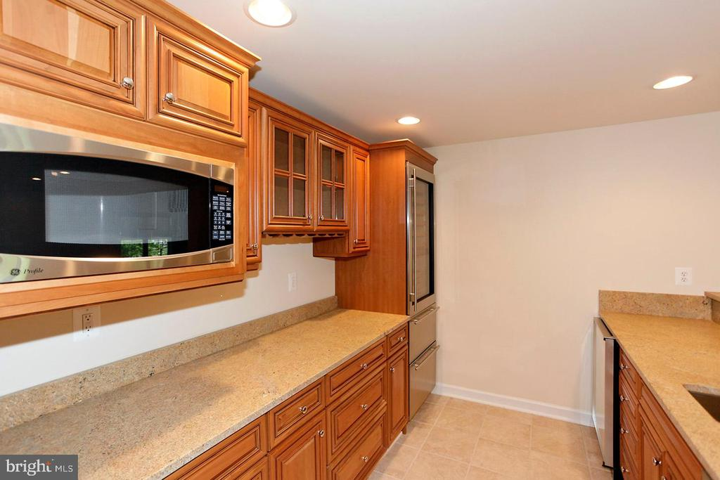 LOWER LEVEL BUILT IN MICROWAVE - 1351 VERRIER CT, VIENNA