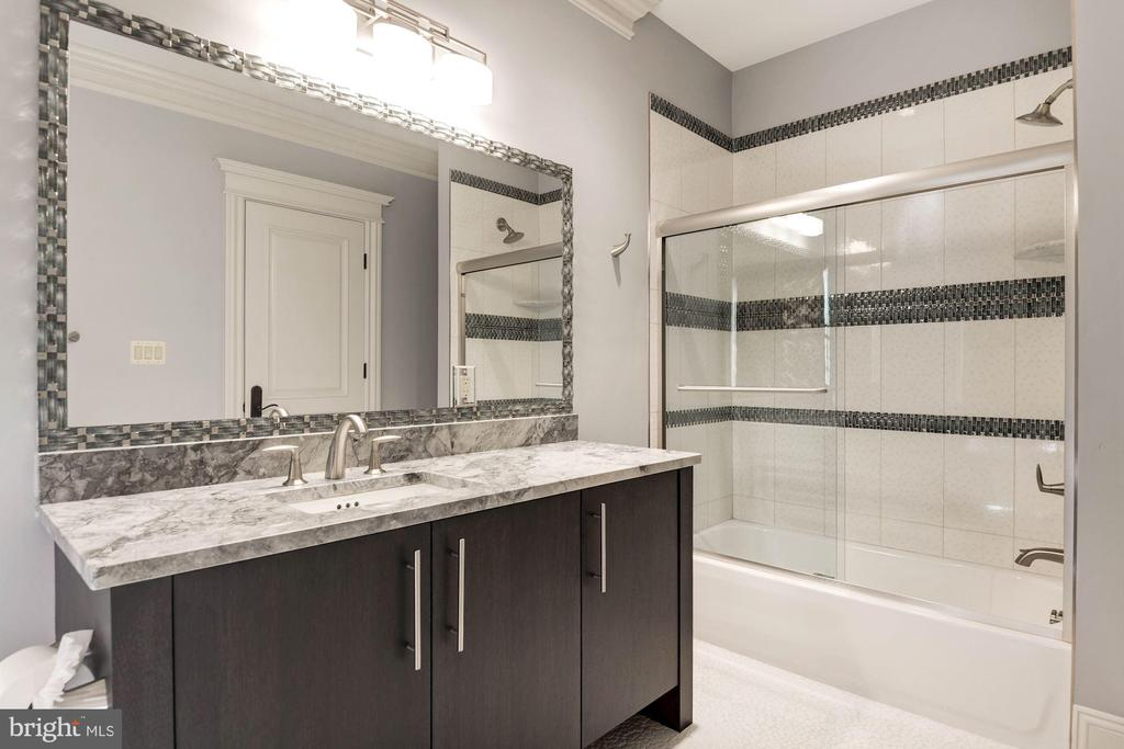 Bath for Bedroom #6 - 904 CHINQUAPIN RD, MCLEAN
