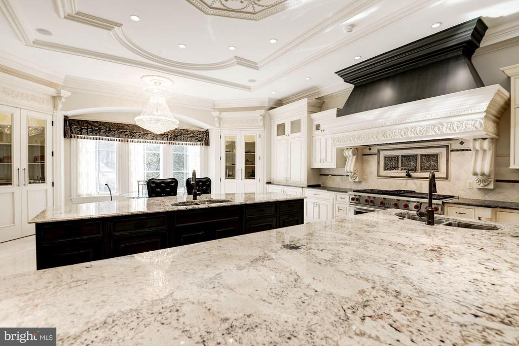 Gourmet kitchen - 2 large center islands - 904 CHINQUAPIN RD, MCLEAN
