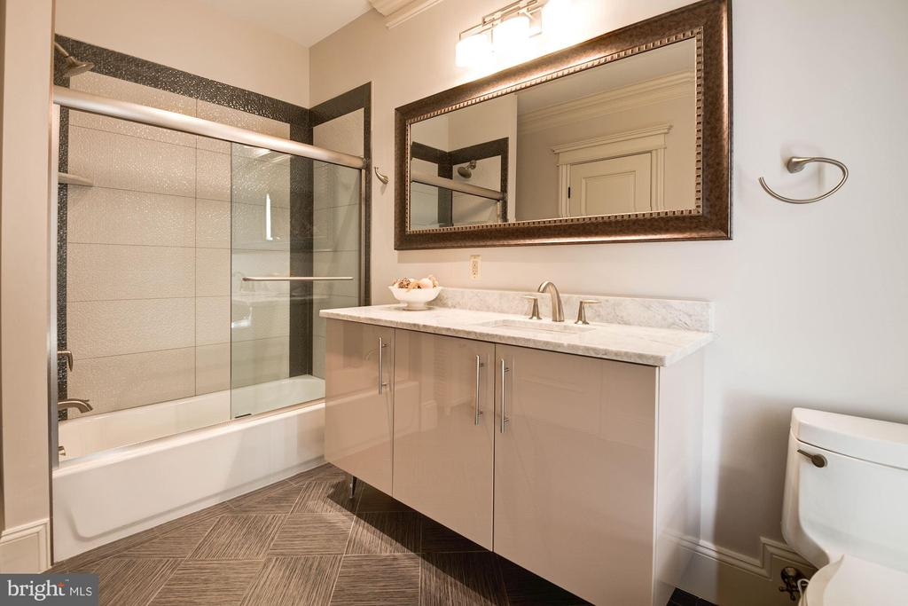 Bath for Bedroom #3 - 904 CHINQUAPIN RD, MCLEAN