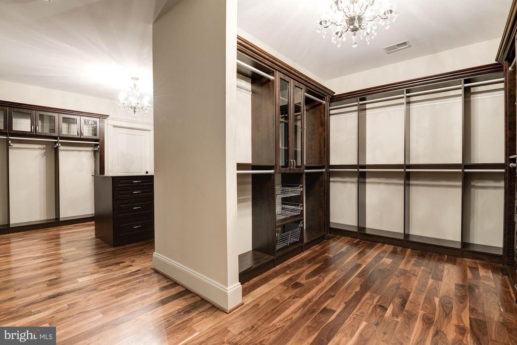 Master Suite Dressing Room / Closet - 904 CHINQUAPIN RD, MCLEAN