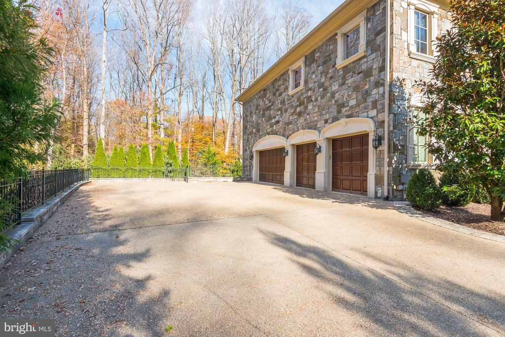 Exterior 4-car Garage - 904 CHINQUAPIN RD, MCLEAN