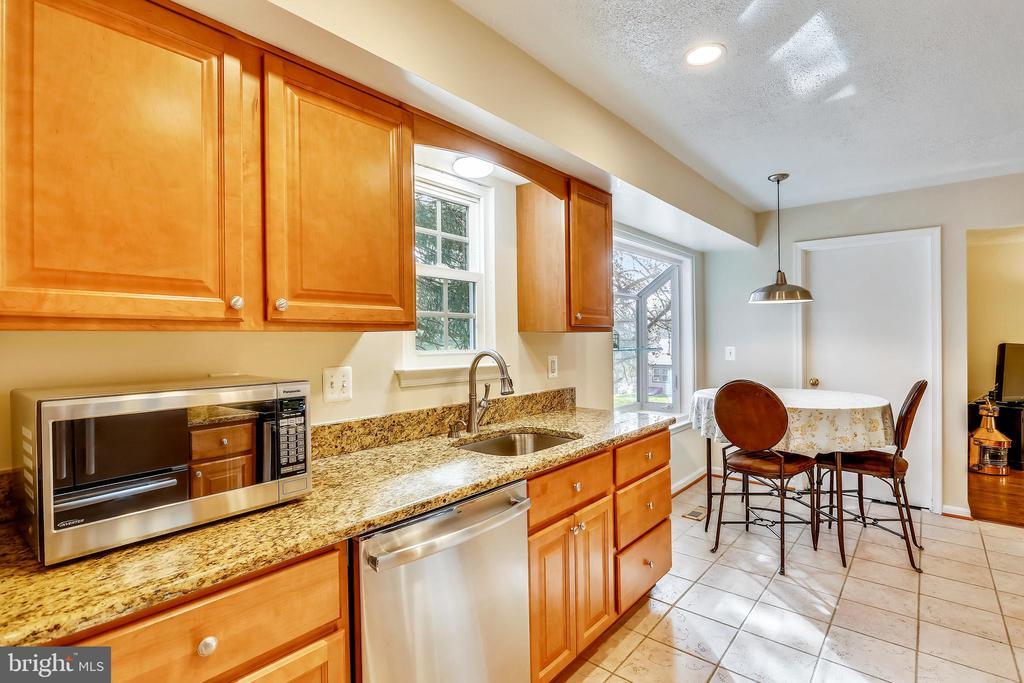 Maple Cabinets & Granite Countertops - 11831 DINWIDDIE DR, NORTH BETHESDA