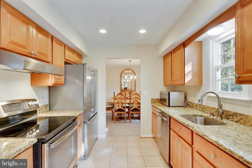 Kitchen Renovated in 2016! - 11831 DINWIDDIE DR, NORTH BETHESDA