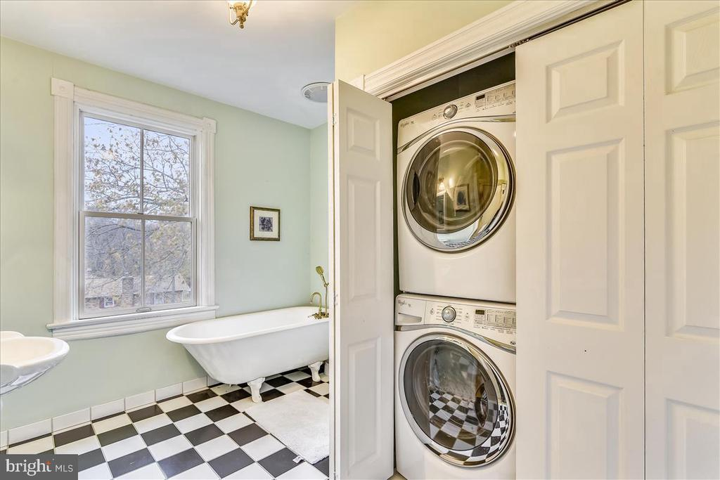 Family Bath with Laundry - 15 HIGH ST, ROUND HILL