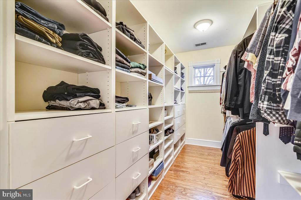 Walk In Closet with Built Ins - 15 HIGH ST, ROUND HILL