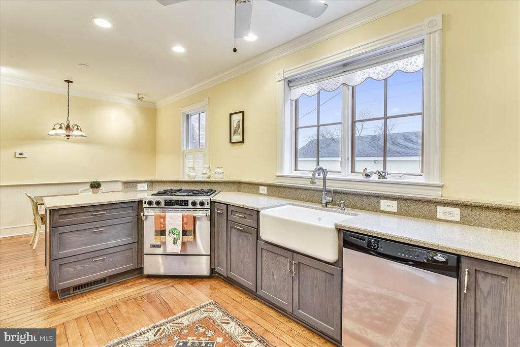 Custom Kitchen with Farmhouse Sink - 15 HIGH ST, ROUND HILL