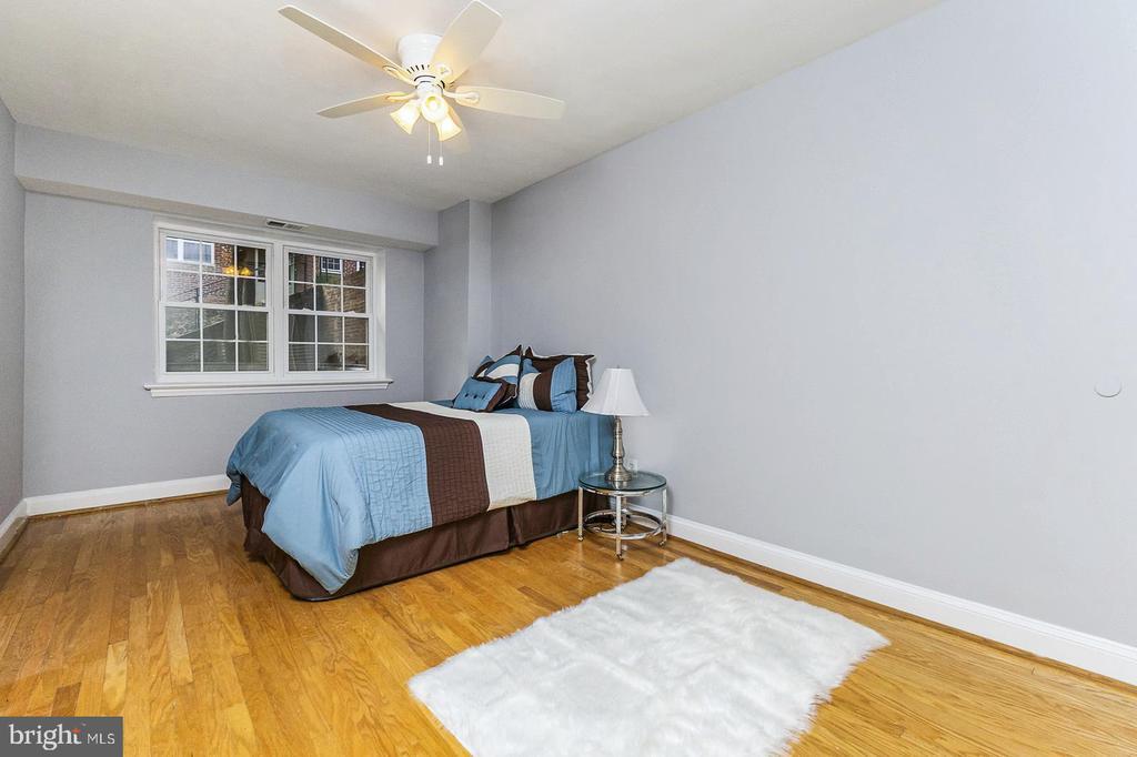 Master bedroom with walk in closet - 1307 N ODE ST #404, ARLINGTON