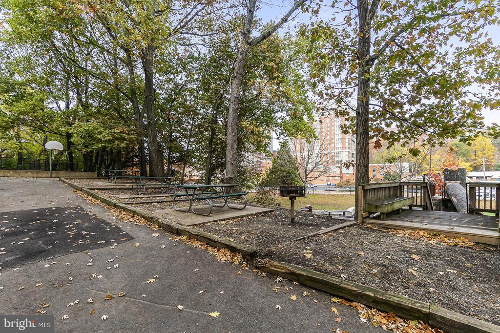 outdoor grill area - 1307 N ODE ST #404, ARLINGTON