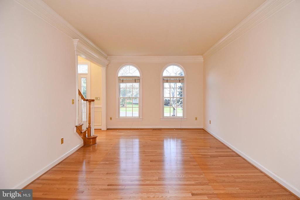 LIVING ROOM HAS GLEAMING HARDWOOD FLOORS - 8237 GALLERY CT, MONTGOMERY VILLAGE