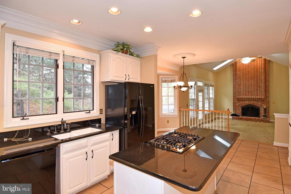 KITCHEN HAS ISLAND WITH 5 BURNER GAS STOVE TOP - 8237 GALLERY CT, MONTGOMERY VILLAGE
