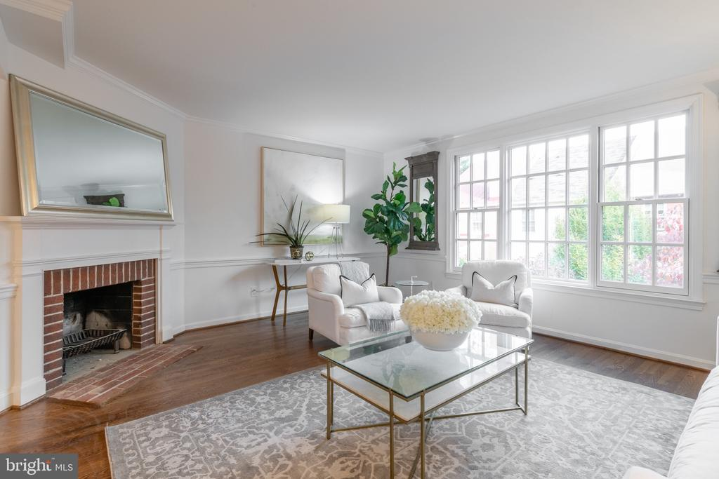 Beautiful Living space with eastern exposure - 620 S LEE ST, ALEXANDRIA
