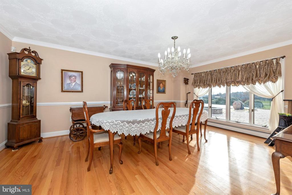 Formal dining room - chair rail and crown molding. - 5302 IJAMSVILLE RD, IJAMSVILLE