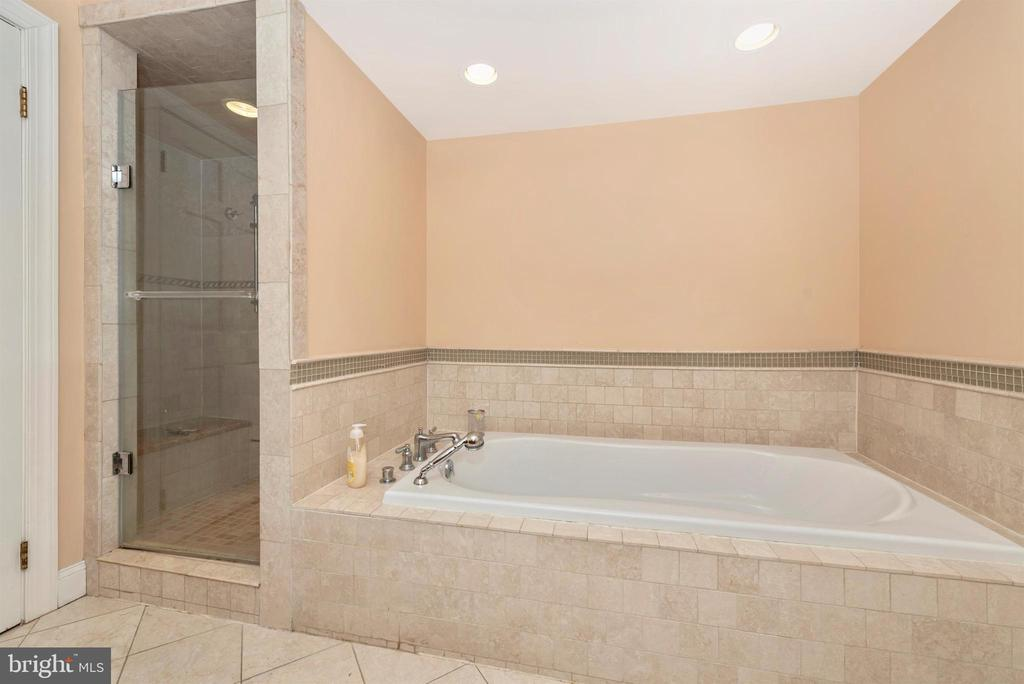 Upper level full bath. - 5302 IJAMSVILLE RD, IJAMSVILLE