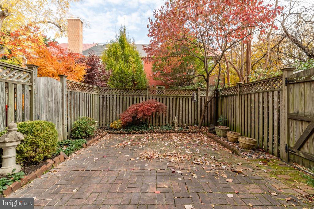 Lovely rear patio garden - 620 S LEE ST, ALEXANDRIA
