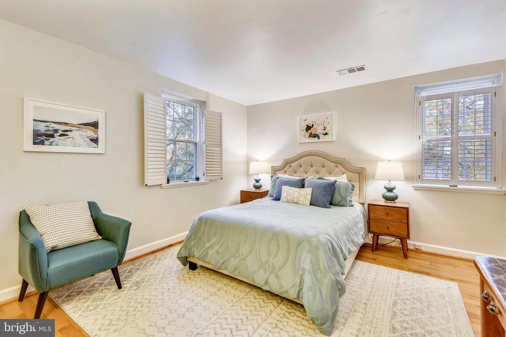 Spacious master bedroom - 3327 S STAFFORD ST, ARLINGTON