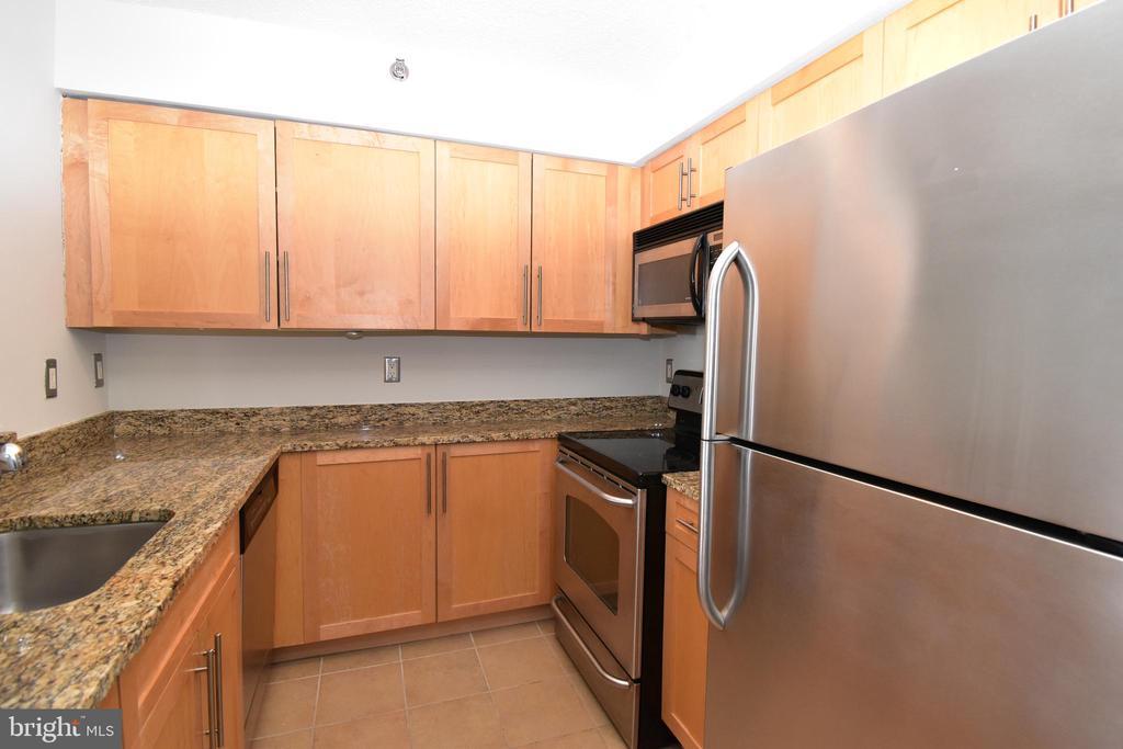 Bright, updated kitchen - 10101 GROSVENOR PL #1919, ROCKVILLE