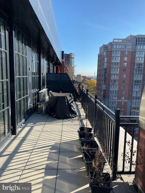 Million dollar view from large penthouse terrace - 1615 N QUEEN ST #M604, ARLINGTON