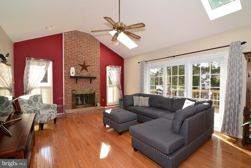 Cozy family room with access to deck - 13703 HOLTON PL, CHANTILLY