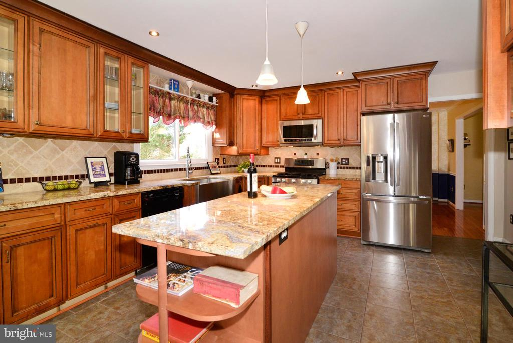 Long island in this chef ready kitchen! - 13703 HOLTON PL, CHANTILLY