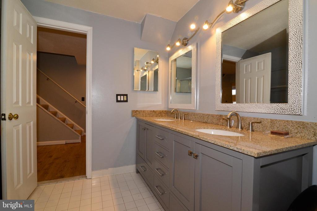 Basement bath includes granite counter tops - 13703 HOLTON PL, CHANTILLY