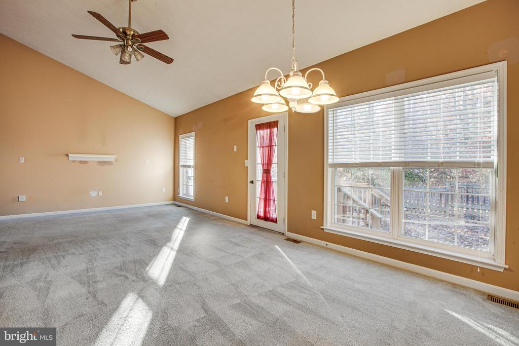 Lots of Light - 1005 LAKE HERITAGE DR, RUTHER GLEN