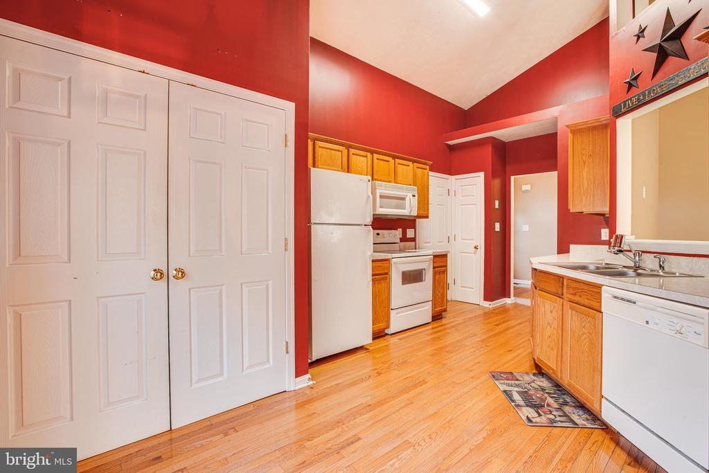 Kitchen and Laundry Area - 1005 LAKE HERITAGE DR, RUTHER GLEN