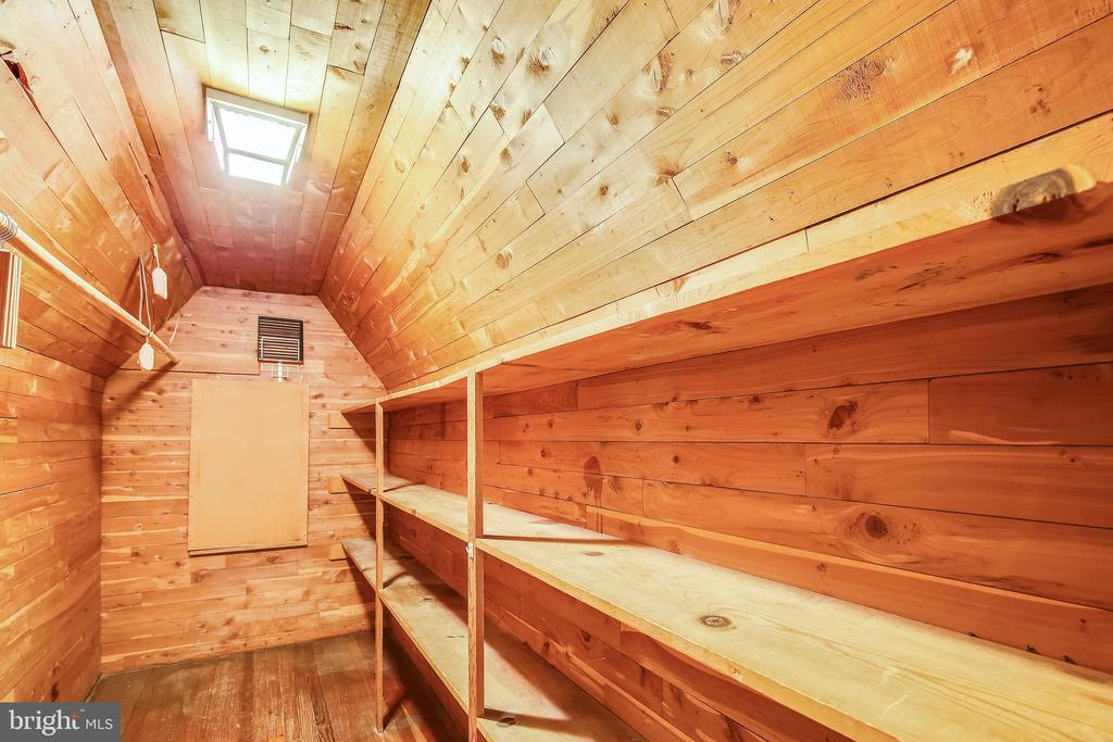 Cedar Closet - 201 N QUAKER LN, ALEXANDRIA