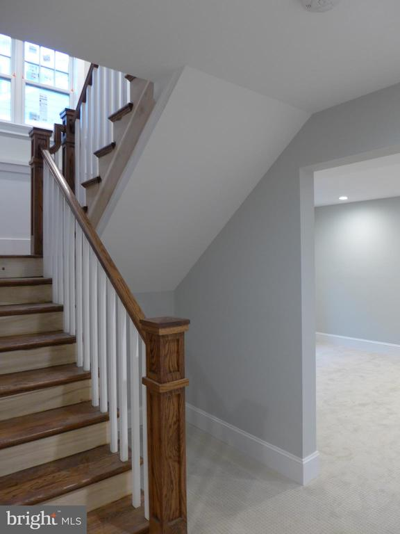 Staircase to lower level - 2007 N INGLEWOOD ST, ARLINGTON