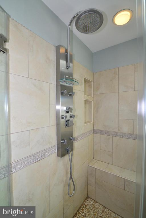 Rainfall shower - 13703 HOLTON PL, CHANTILLY