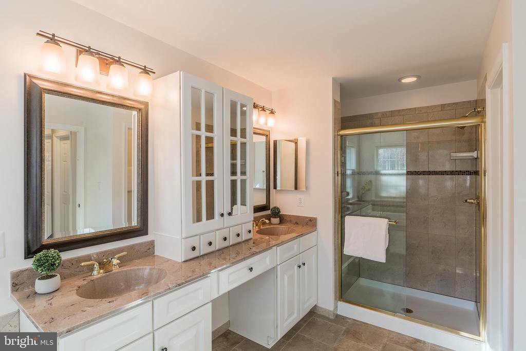Luxurious Master Bath - 13232 KAHNS RD, MANASSAS