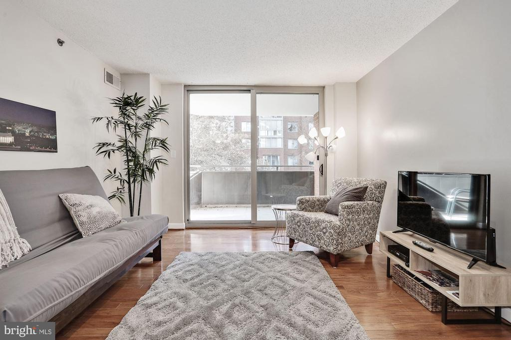 Sun-filled living area w/ floor-to-ceiling windows - 1024 N UTAH ST #219, ARLINGTON