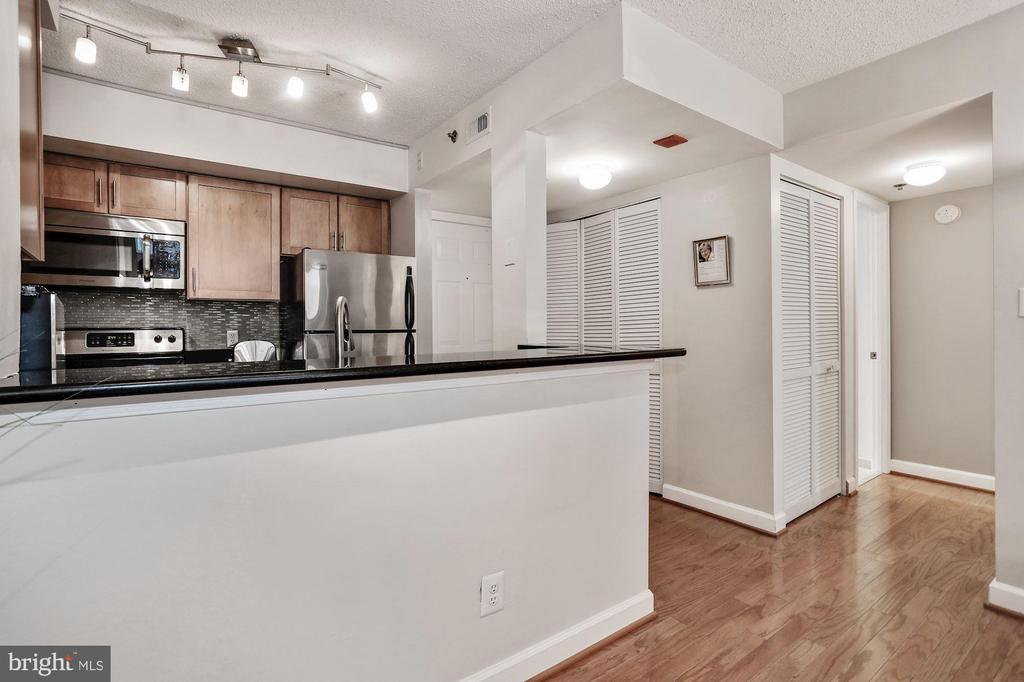 Countertop is perfect for bar stool dining - 1024 N UTAH ST #219, ARLINGTON