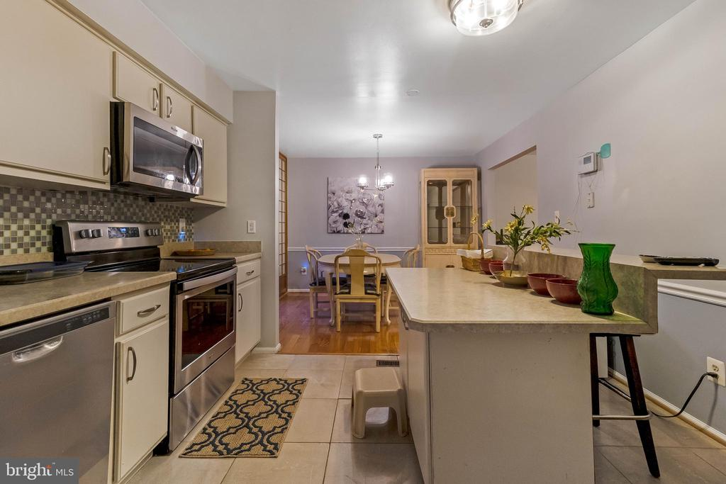 Eat in kitchen with Island and table - 13105 SERPENTINE WAY, SILVER SPRING