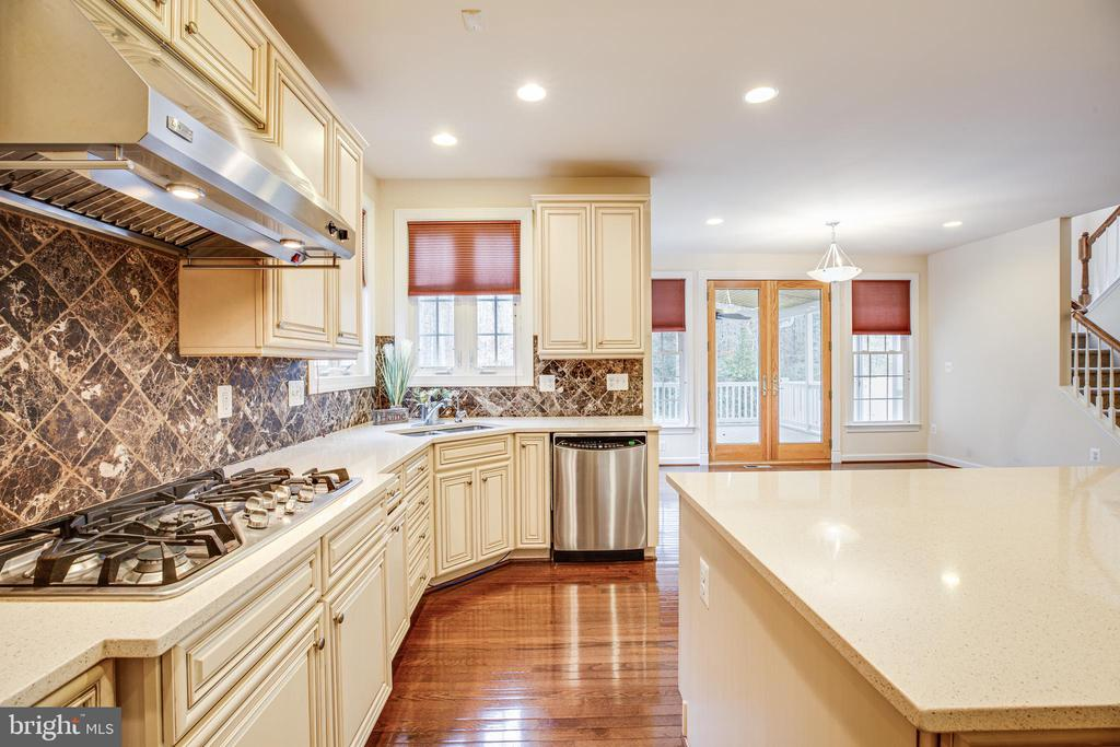 Backsplash compliment to hardwoods and Quartz. - 11500 BALMARTIN CT, SPOTSYLVANIA