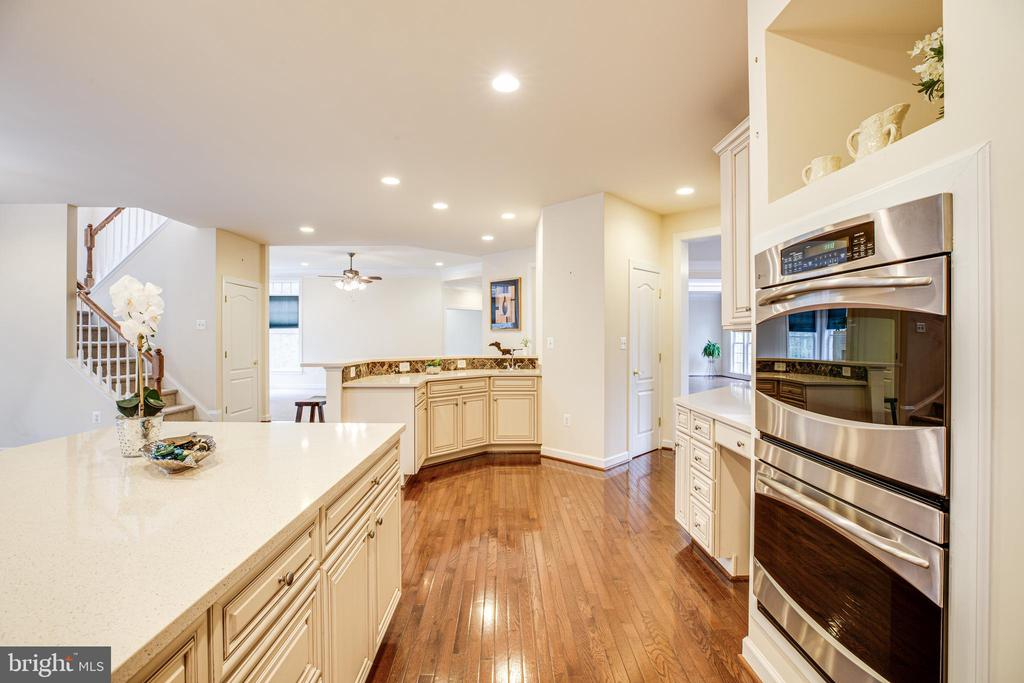 Double Oven with prep area all in reach. - 11500 BALMARTIN CT, SPOTSYLVANIA