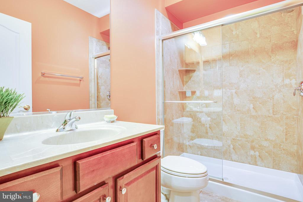 LL Full Bath for guests or LL Bedroom. - 11500 BALMARTIN CT, SPOTSYLVANIA
