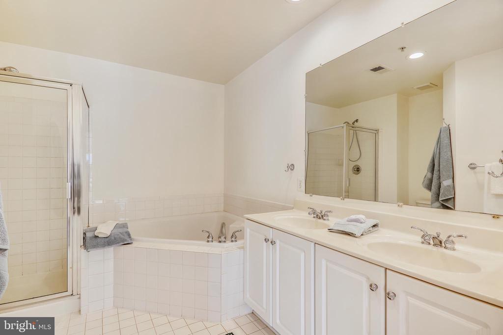 GENEROUS sized Master bath - 812 CAPITOL SQUARE PL SW, WASHINGTON