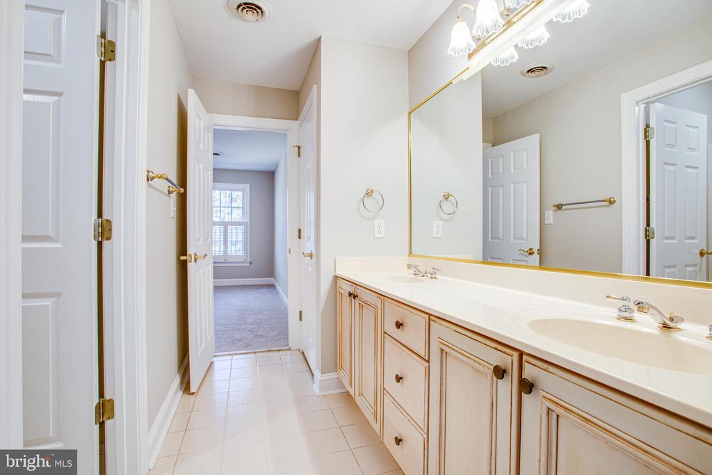 Jack 'n' Jill bathroom between 2 bedrooms - 11502 GENERAL WADSWORTH DR, SPOTSYLVANIA