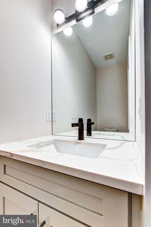 Half bath on main floor - 1944 CAPITOL AVE NE #3, WASHINGTON