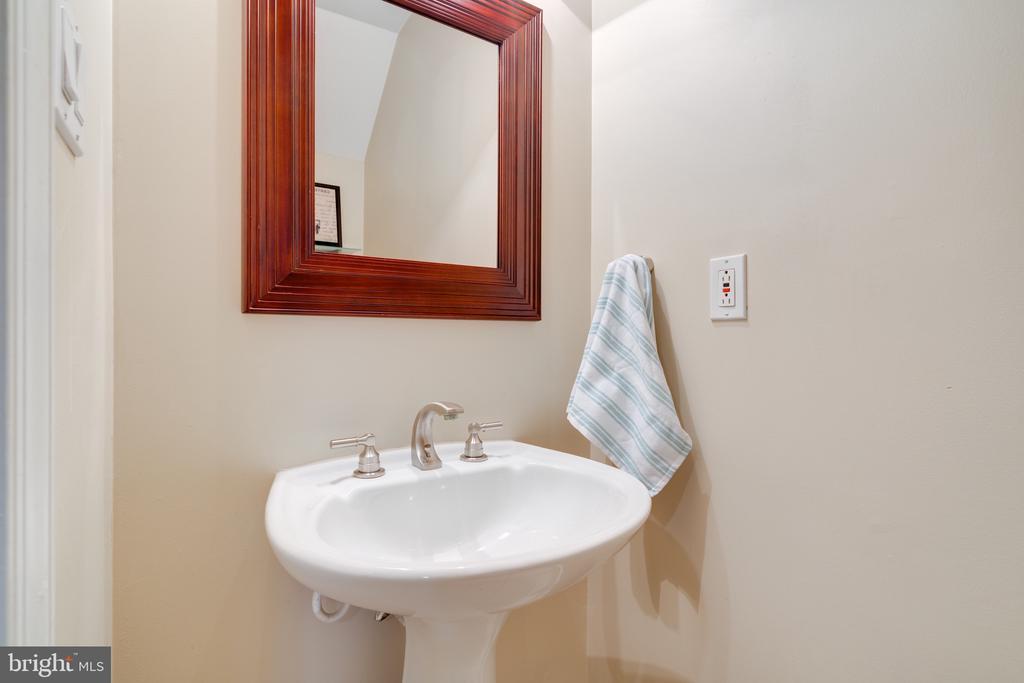 Half bath - 3028 S GLEBE RD #3028, ARLINGTON