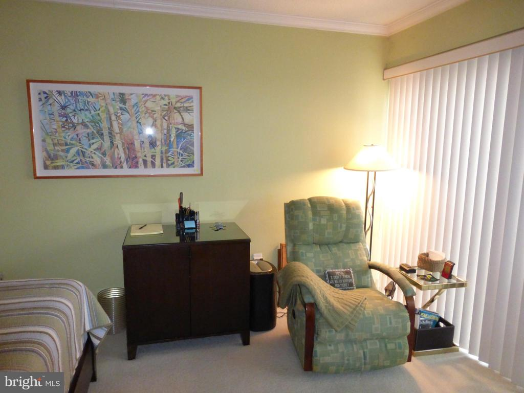 Sitting area in bedroom - 1300 S ARMY NAVY DR #1005, ARLINGTON