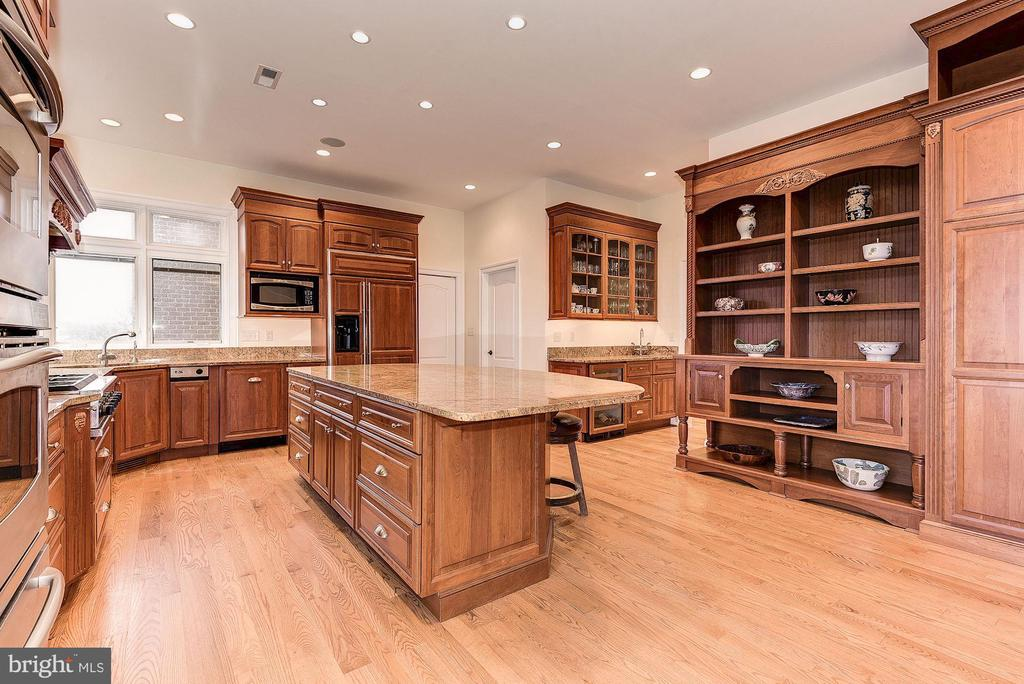 Gourmet kitchen with custom cabinetry - 16311 BARNESVILLE RD, BOYDS