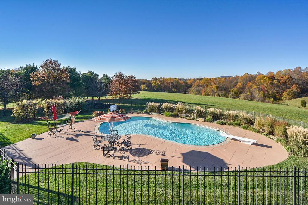 Fenced pool area with  entertaining area - 16311 BARNESVILLE RD, BOYDS