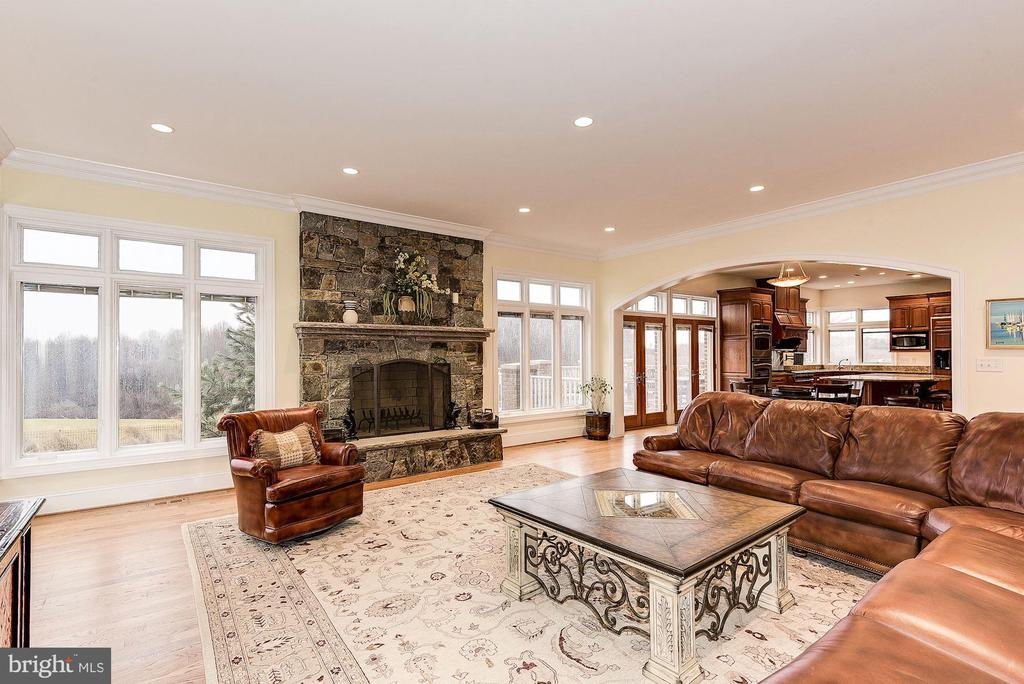 Family room opens to kitchen - 16311 BARNESVILLE RD, BOYDS