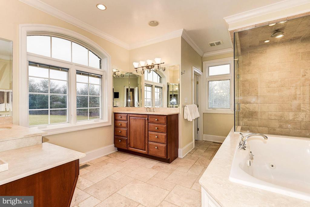Master bathroom - 16311 BARNESVILLE RD, BOYDS