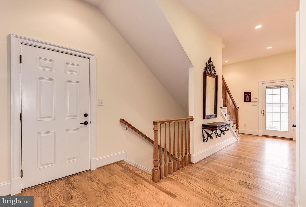 Back staircase to lower level - 16311 BARNESVILLE RD, BOYDS