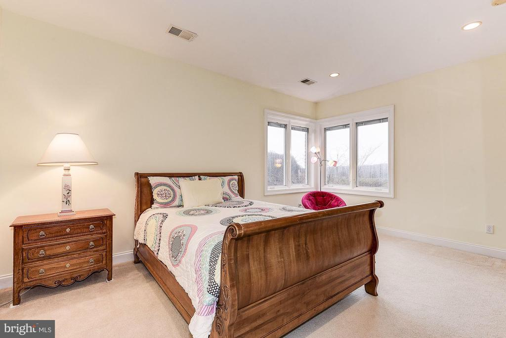 Upper level bedroom #2 with private bathroom - 16311 BARNESVILLE RD, BOYDS