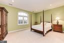 Upper level bedroom #3 with private bathroom - 16311 BARNESVILLE RD, BOYDS
