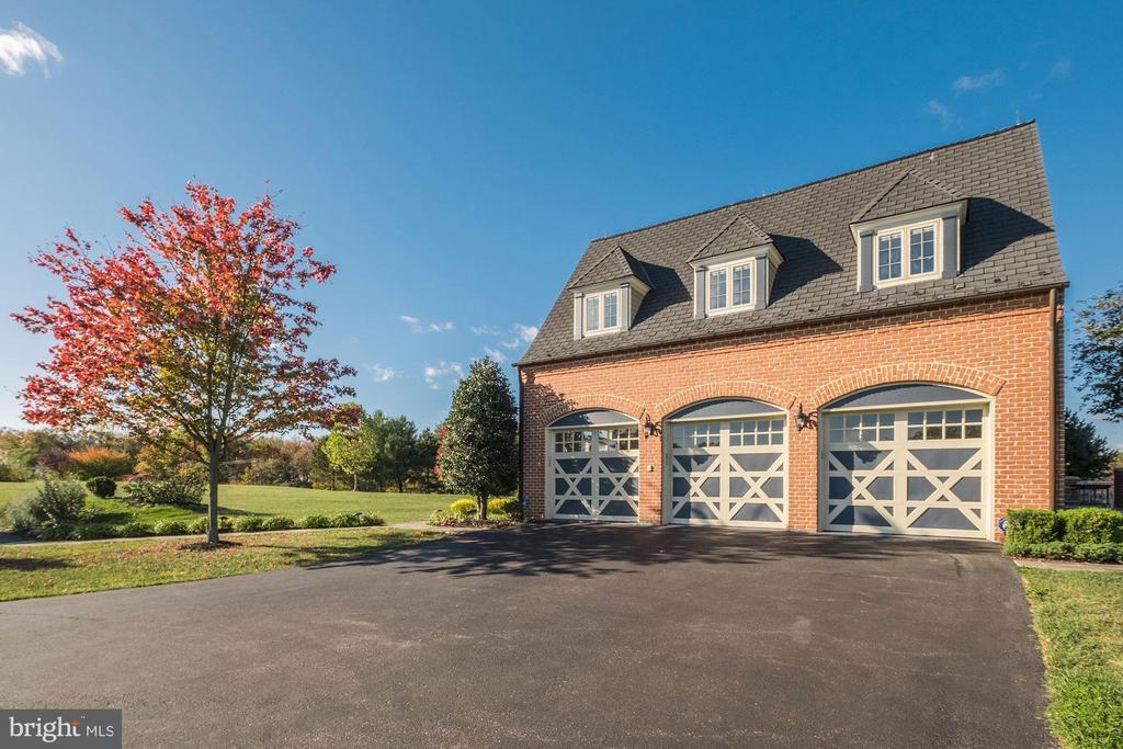 Oversized three car garage - 16311 BARNESVILLE RD, BOYDS